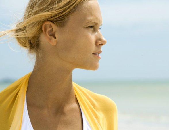 Photo d'une femme qui plisse des yeux à cause du soleil